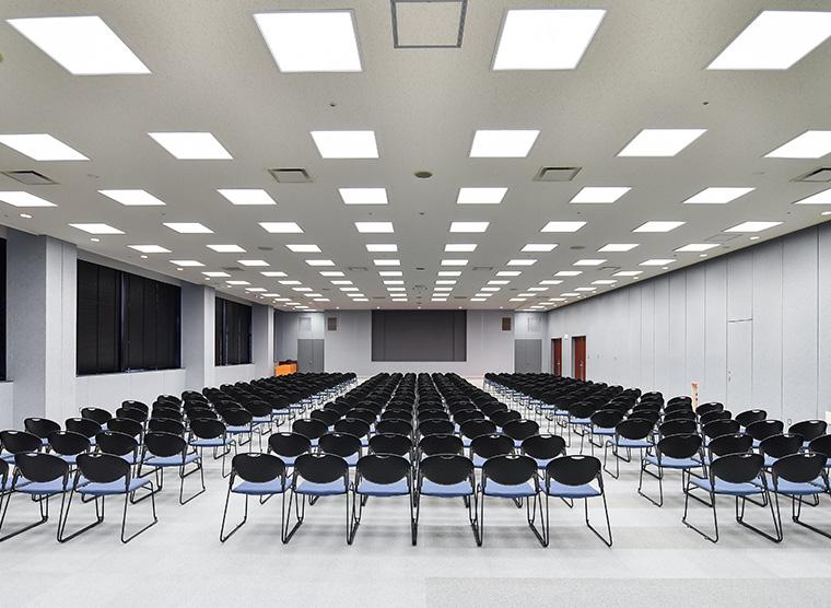 25F大会議室。最大500名収容可能。