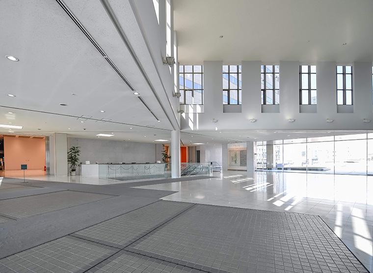 白を基調とした清潔感あるエントランスホール